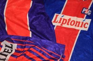 Le maillot en haut à gauche, à côté d'un maillot définitif (Liptonic) et d'un maillot de la saison précédente.